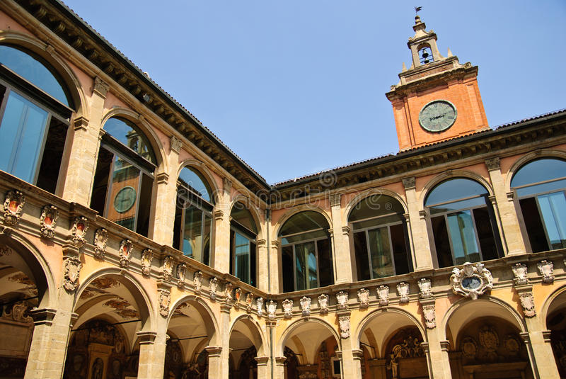 Forntida universitetar av bolognaen - huvudsaklig borggård arkivbilder