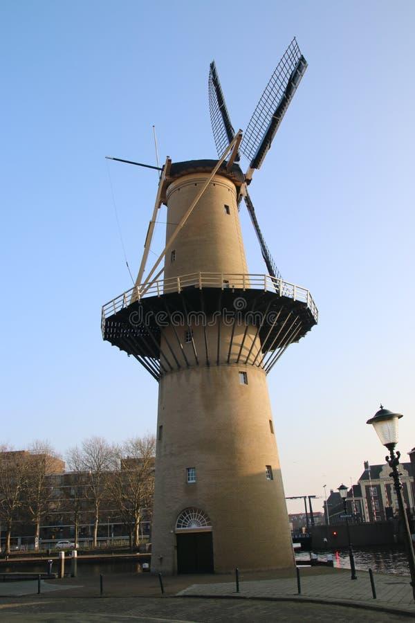 Forntida väderkvarn i centret av Schiedam i Nederländerna royaltyfri foto