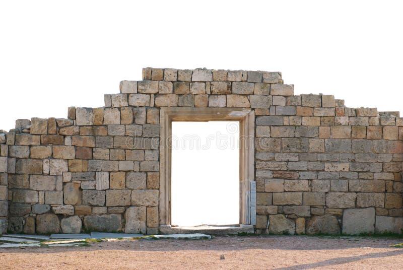 Forntida vägg med dörren arkivfoton
