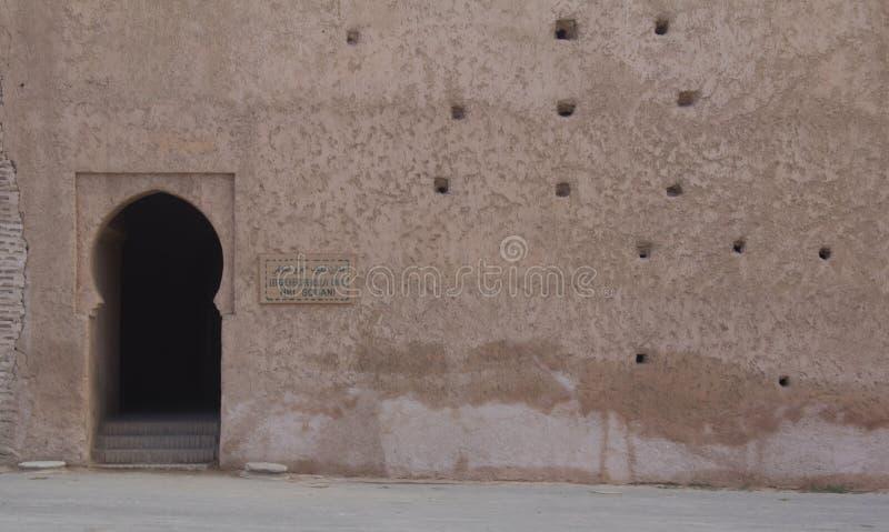 Forntida vägg med en dörr arkivfoto
