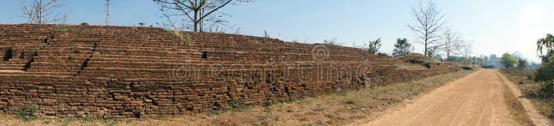 Forntida vägg och väg royaltyfria bilder