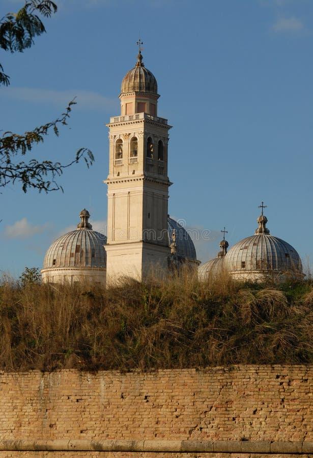 Forntida väggar, kupoler och klockatorn av Santa Giustina i Padua i Veneto (Italien) royaltyfri foto