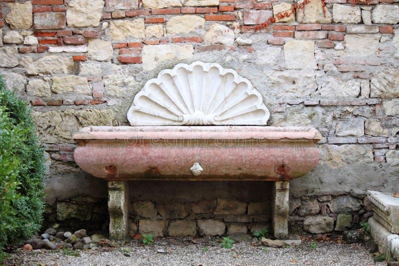 Forntida väggfuntain i Verona arkivfoto