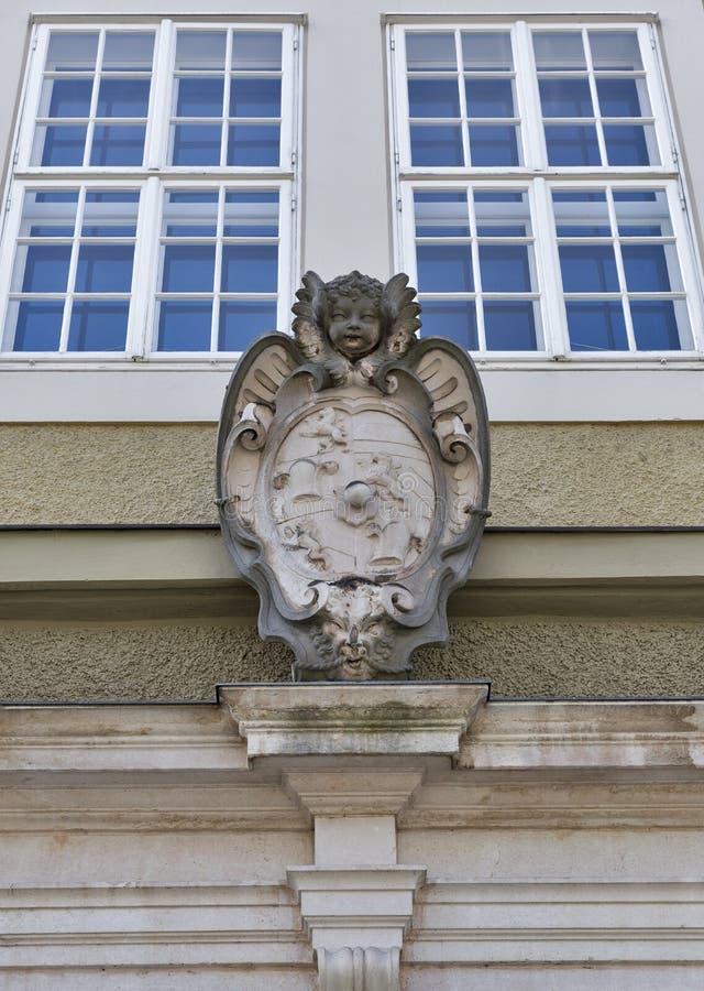 Forntida vapensköld Festspielhaus utomhus- vägg i Salzburg arkivbilder