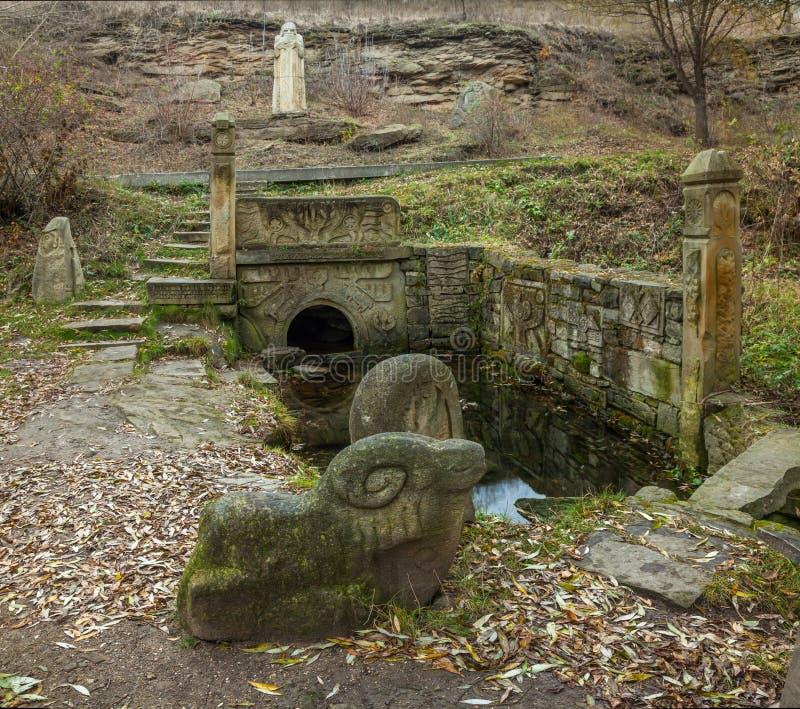 Forntida vattenkälla arkivbild
