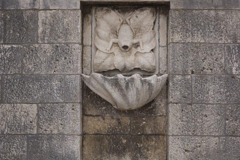 Forntida vattenspringbrunn royaltyfri fotografi
