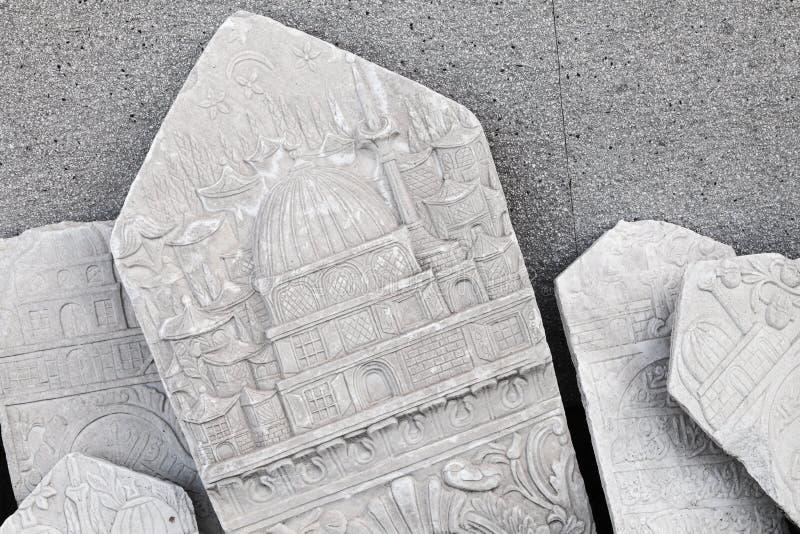 Forntida vit gravsten med den arabiska modellen royaltyfri fotografi