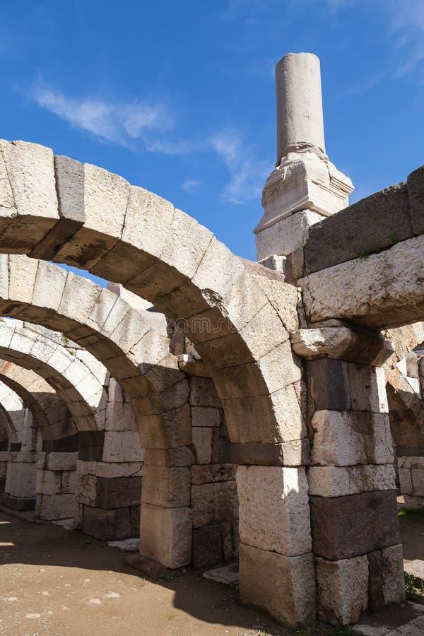 Forntida vita brutna kolonner och bågar royaltyfri foto