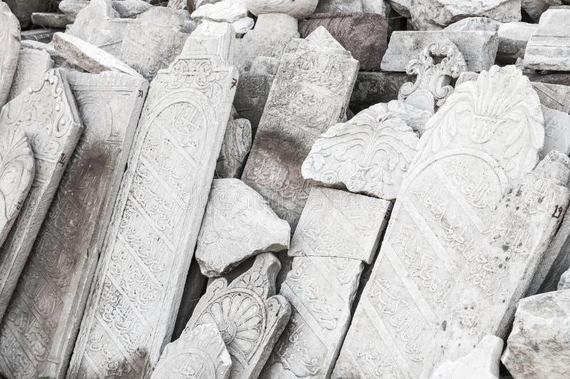 Forntida vita gravstenar med arabiska carvings royaltyfri fotografi