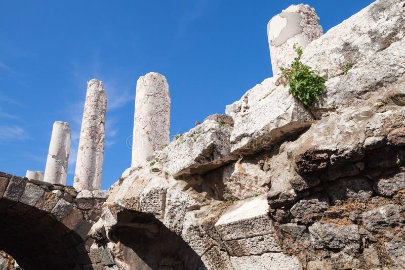 Forntida vita kolonner och bågar över blå himmel arkivfoto