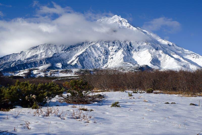 Forntida volcanoes av Kamchatka royaltyfria bilder