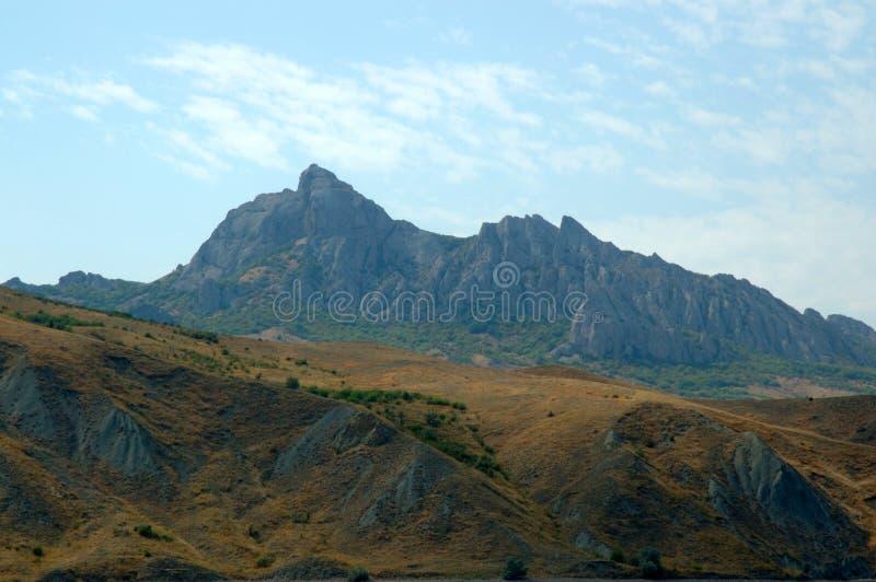 Forntida vulkan Karadag på solnedgången royaltyfri fotografi