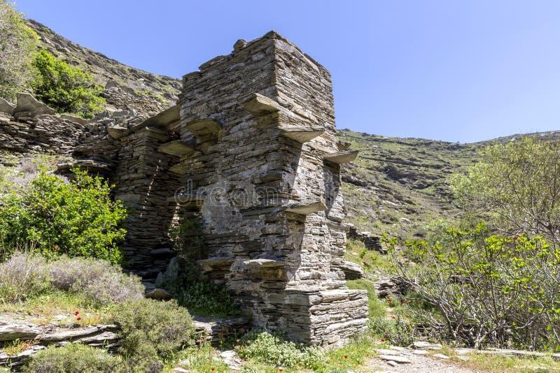 Forntida watermill i bergen på ön av Anros Cyclades, Grekland royaltyfria foton