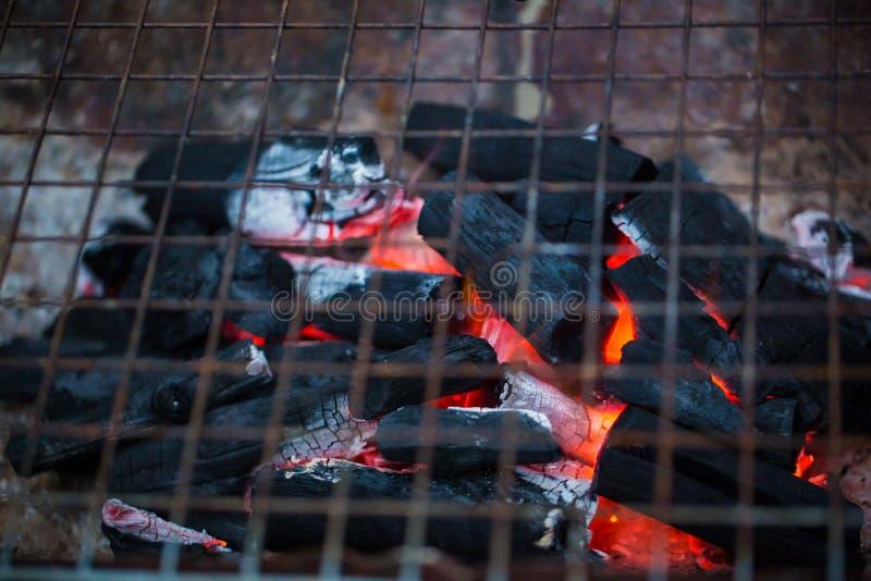 Fornuishoutskool oranje vlammen van steenkolen in de grill/Houtskoolfornuis het branden royalty-vrije stock foto