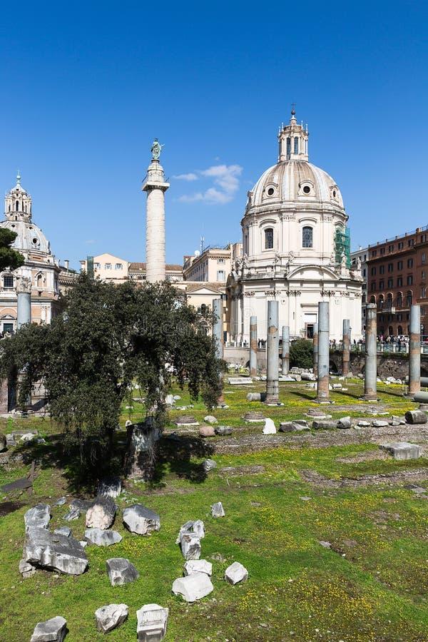 Foro de Trajan con la columna y la iglesia de Loret, Roma, AIE del ` s de Trajan fotografía de archivo libre de regalías