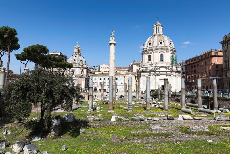 Foro de Trajan con la columna y la iglesia de Loret, Roma, AIE del ` s de Trajan foto de archivo