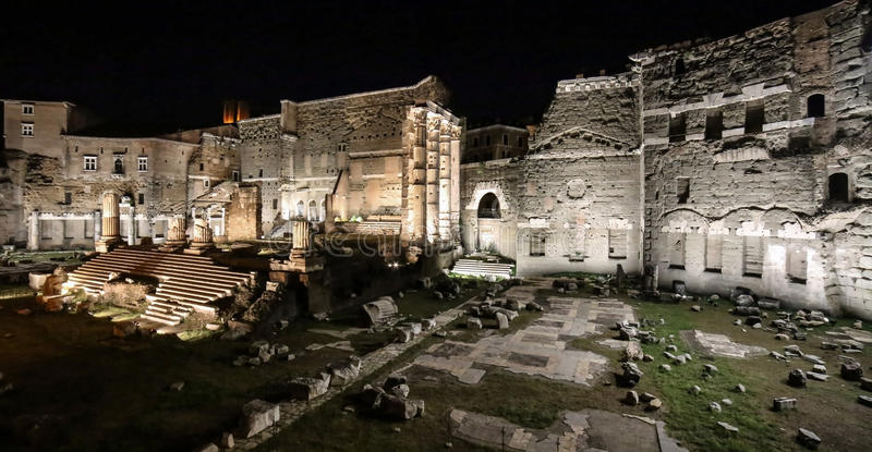 Foro di Augusto en la noche, Roma, Italia imagen de archivo
