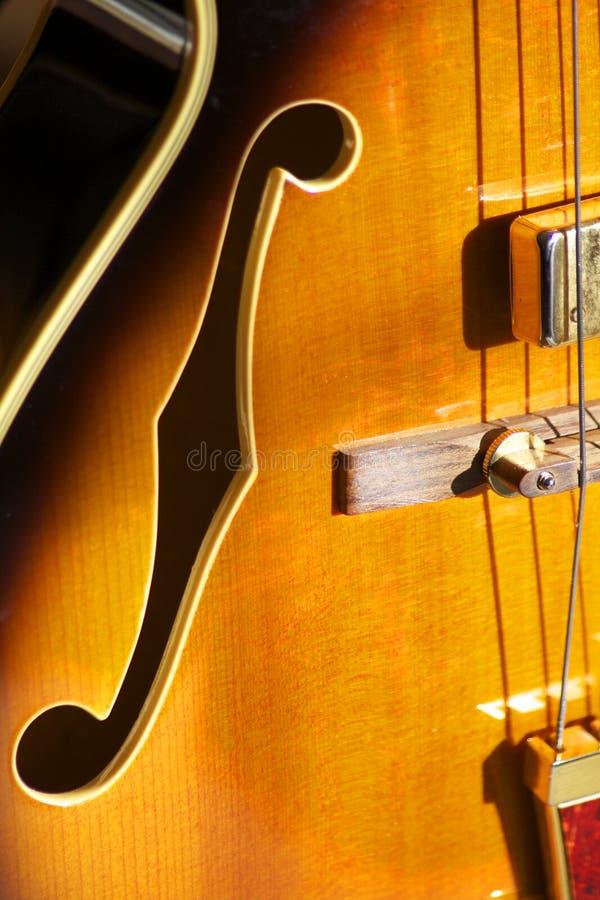Foro di F sulla chitarra di jazz immagine stock