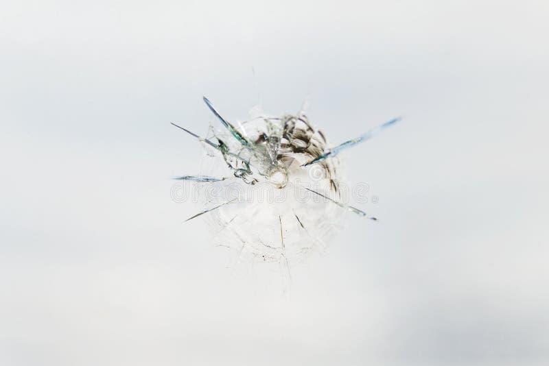 Foro di pallottola nel vetro fotografie stock