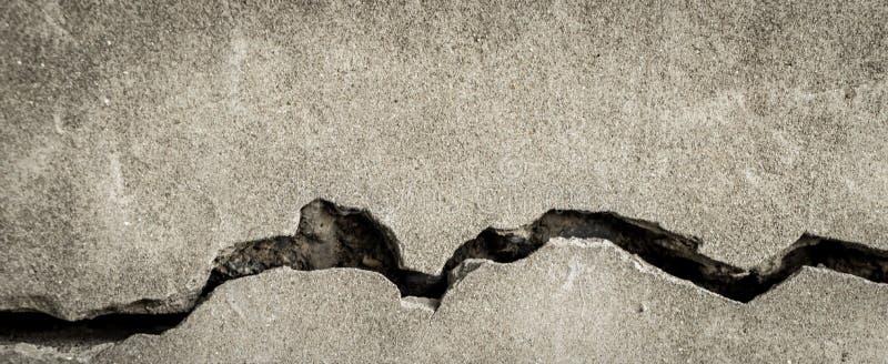 Foro incrinato lungo sul pavimento del cemento fotografie stock