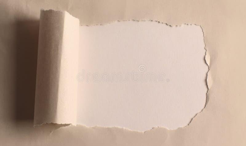 Foro nella carta con i bordi lacerati Fondo fotografia stock libera da diritti