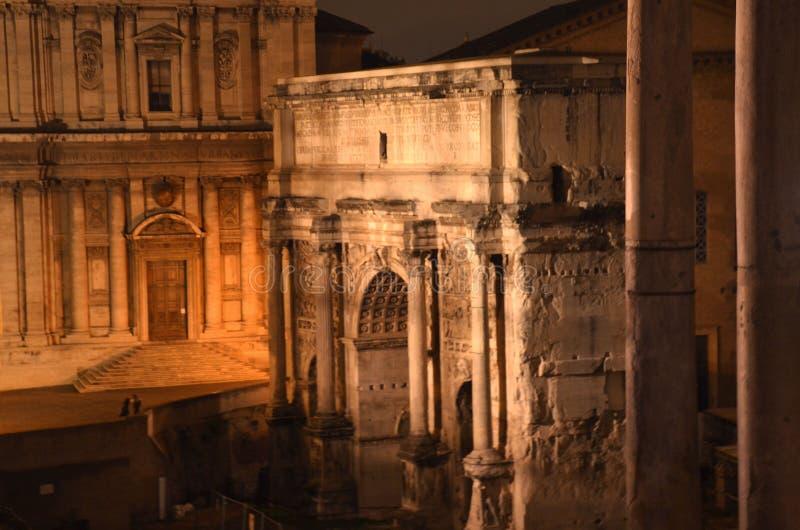 Foro romano en Roma, Italia es una de las atracciones turísticas principales de Roma fotos de archivo libres de regalías