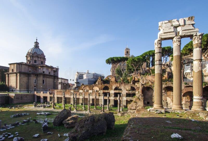 Foro Romano Roman Forum fördärvar i mitten av Rome Italien royaltyfria foton