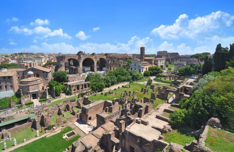Foro romano, según lo visto de la colina de Palatine imágenes de archivo libres de regalías