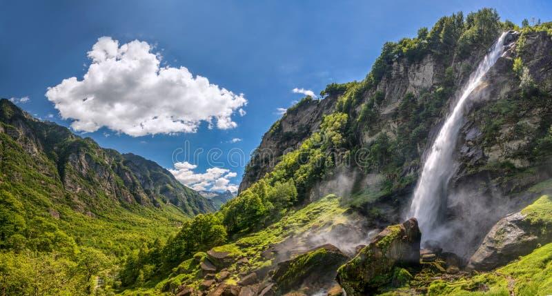 Foroglio siklawa z Szwajcarskimi Alps w cantonTicino, Bavona dolina, Szwajcaria, Europa obrazy royalty free