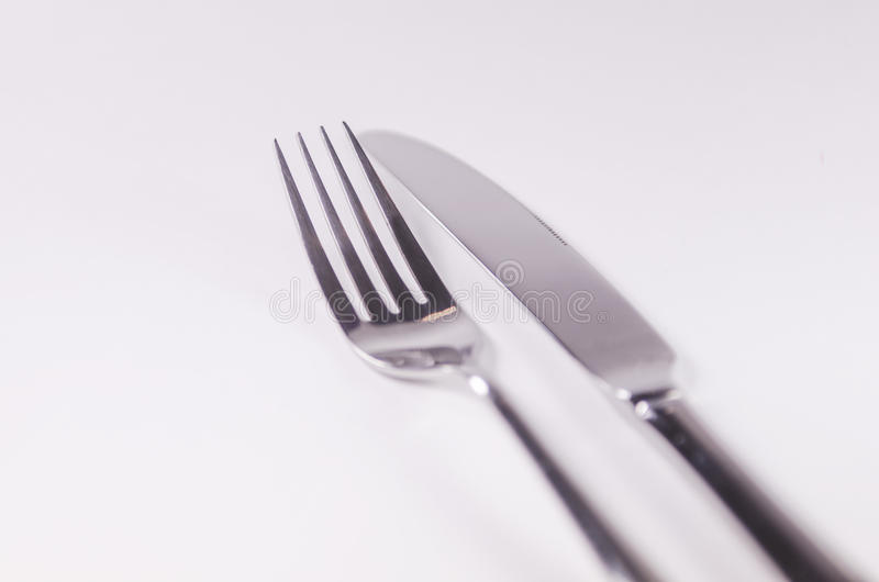 Forquilha de prata e kniefs isolados no fundo branco imagem de stock