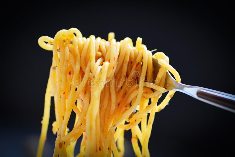 Forquilha dos espaguetes no fundo preto escuro - massa italiana clássica apetitosa saboroso dos espaguetes do alimento delicioso  fotos de stock