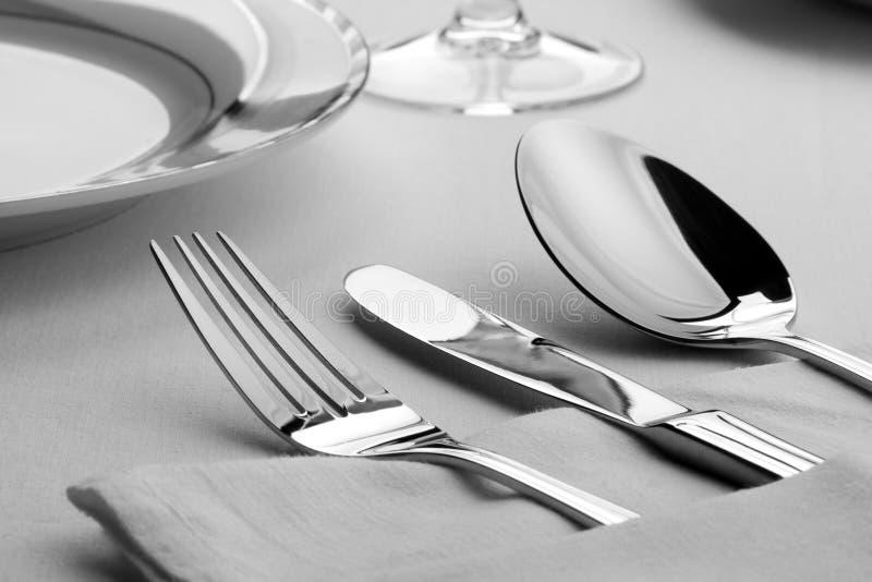 Forquilha, faca e colher na tabela imagens de stock royalty free