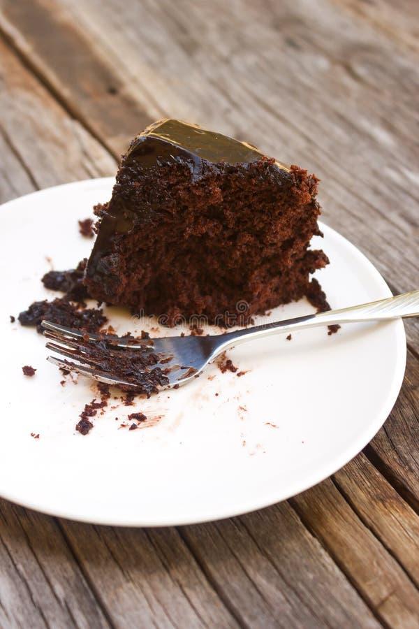 Forquilha suja com o bolo de chocolate feito home comido na placa branca fotografia de stock royalty free