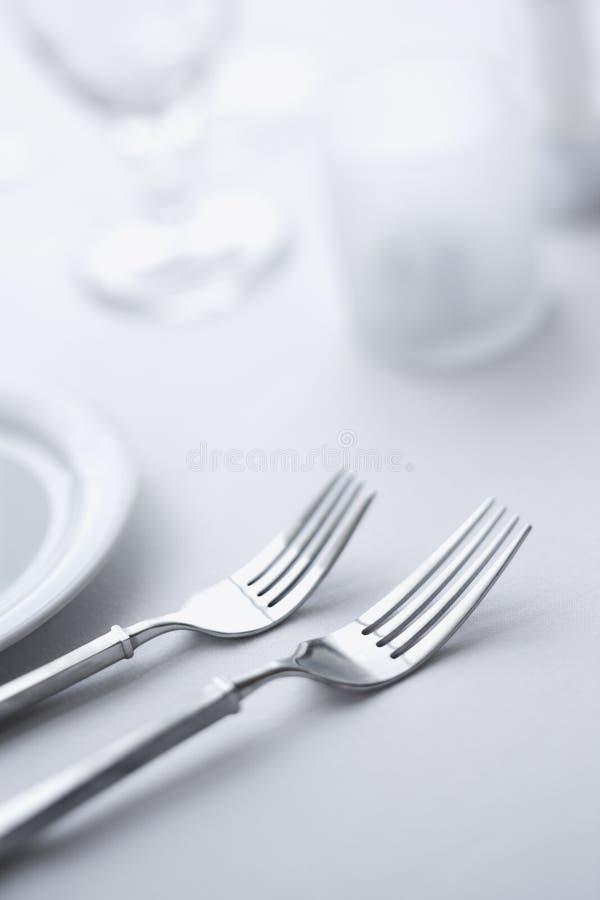 Forquilhas na tabela de jantar fotografia de stock royalty free