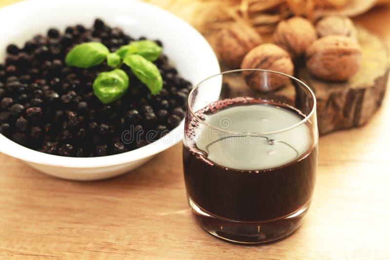 Forrest Berries - Aronia blåbär - naturlig organisk fruktsaft fotografering för bildbyråer