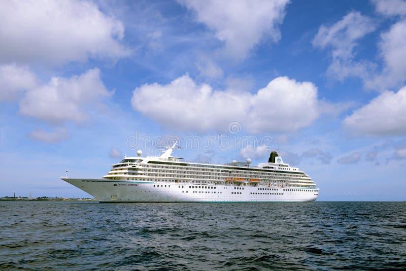 Forro Crystal Symphony do cruzeiro no porto do St Peter Port imagem de stock