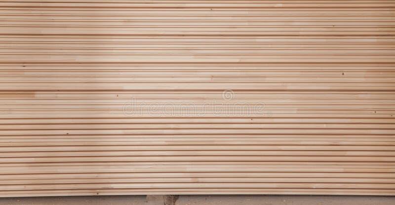 Forro de madeira dobrado em uma serração Placas empilhadas do amieiro como a textura imagens de stock