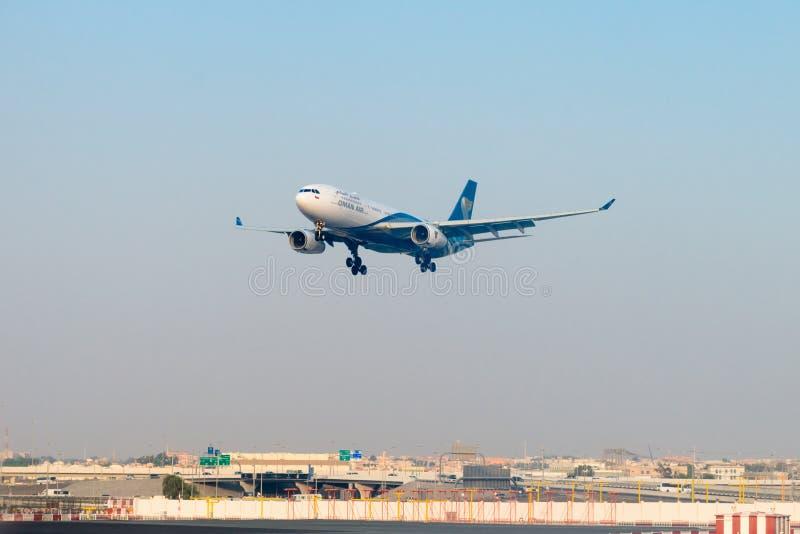 Forro de passageiro de Oman Air, na aproximação final para aterrar em imagens de stock royalty free