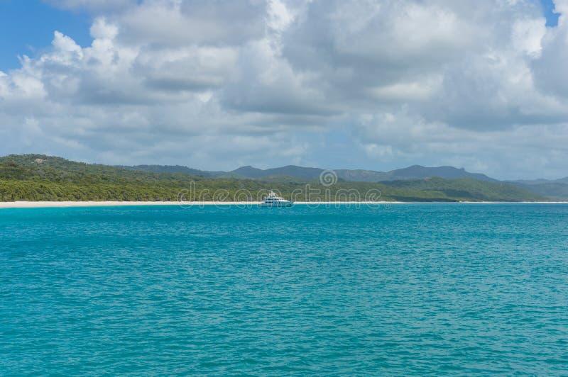 Forro do cruzeiro, navio no mar tropical com a ilha exótica no CCB imagens de stock