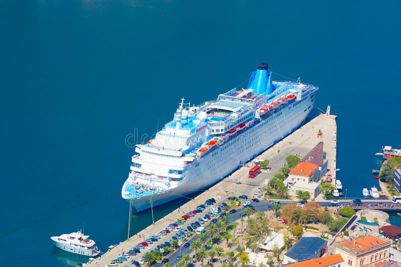 Forro Thomson Dream do cruzeiro no porto da cidade Kotor imagem de stock royalty free