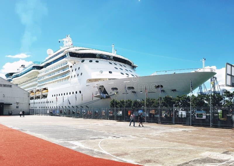 Forros pac?ficos brancos do cruzeiro na doca no porto de Auckland imagem de stock