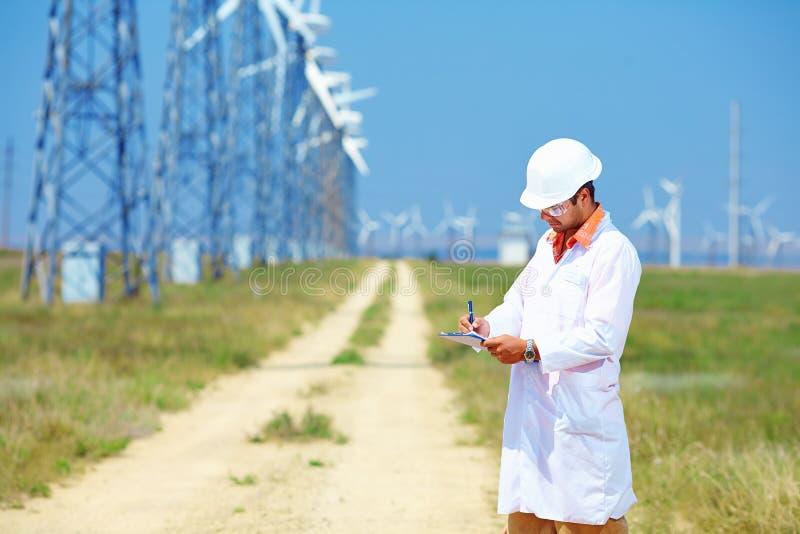 Forscher analysiert Auslesen auf Windkraftanlage lizenzfreie stockbilder
