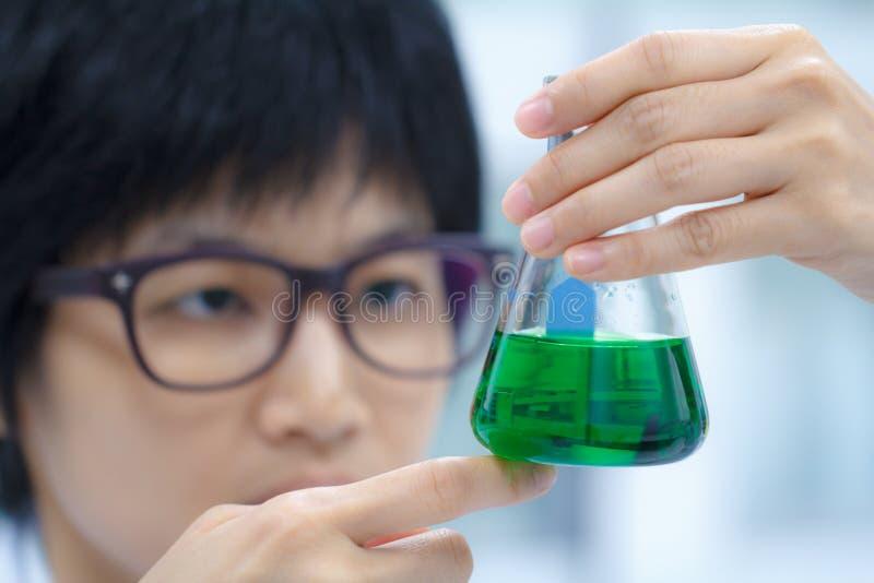 Forscher, der mit Chemikalie arbeitet stockbilder