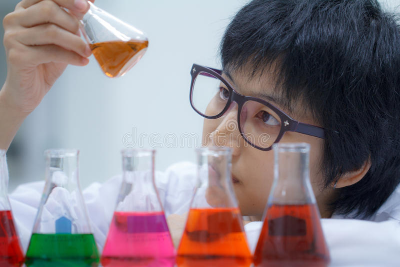 Forscher, der mit Chemikalie arbeitet lizenzfreie stockbilder