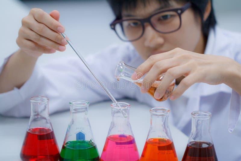 Forscher, der mit Chemikalie arbeitet lizenzfreie stockfotos
