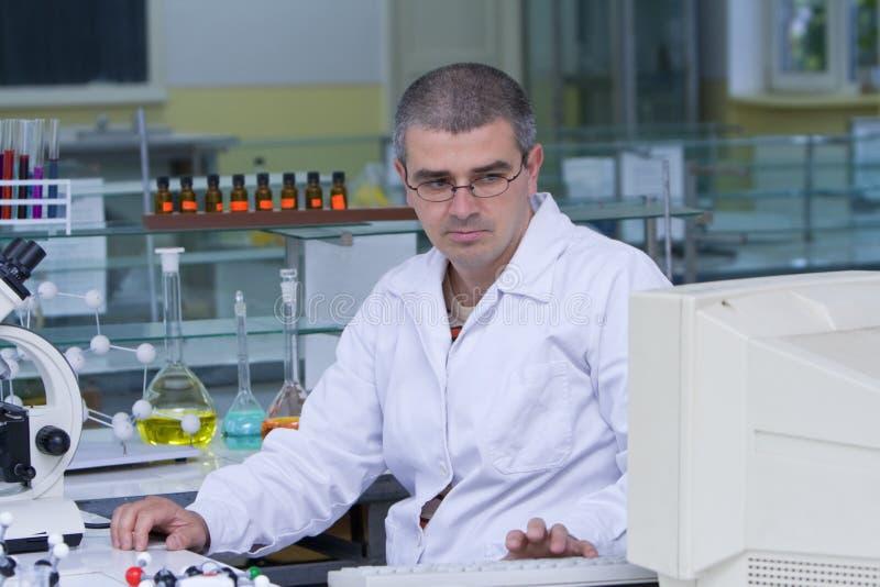 Forscher an seinem Arbeitsplatz lizenzfreies stockbild