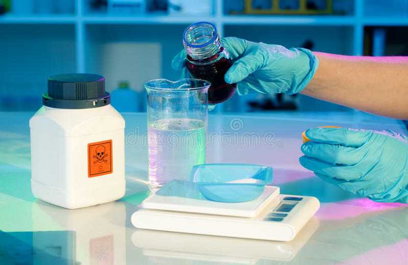 Forscherarbeit im modernen wissenschaftlichen Labor. lizenzfreies stockfoto