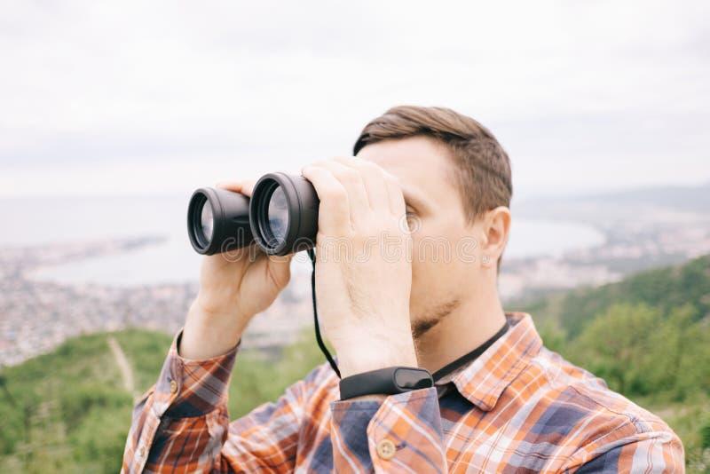 Forschermann, der durch die Ferngläser im Freien schaut lizenzfreie stockfotos