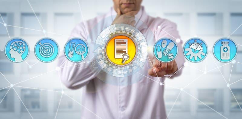 Forschungs-Wissenschaftler Receiving Drug Approval lizenzfreie stockfotos