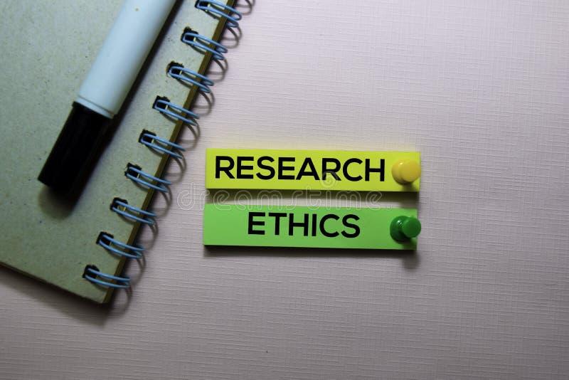 Forschungsethose simsen auf den klebrigen Anmerkungen, die auf Schreibtisch lokalisiert werden stockfotografie